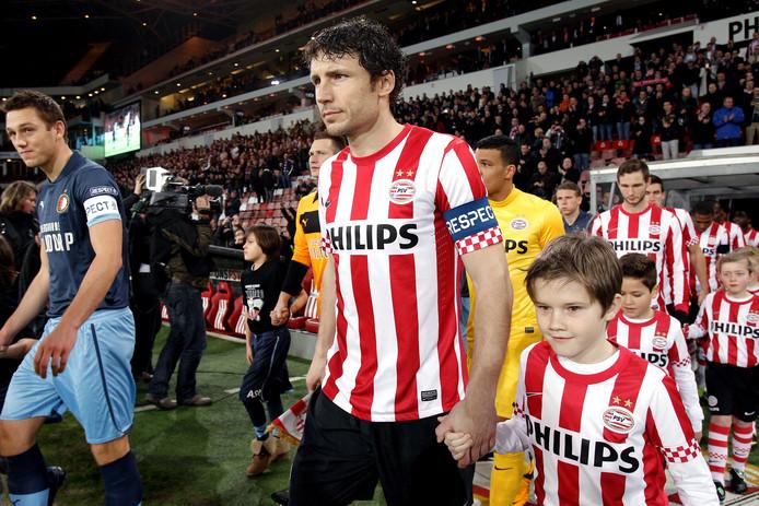 Mark van Bommel als aanvoerder van PSV. Links Feyenoord-captain Stefan de Vrij.