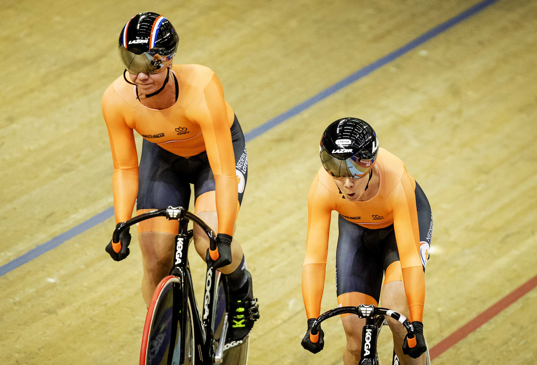 Shanne Braspennincx en Laurine van Riessen op het onderdeel teamsprint tijdens de EK in Glasgow.
