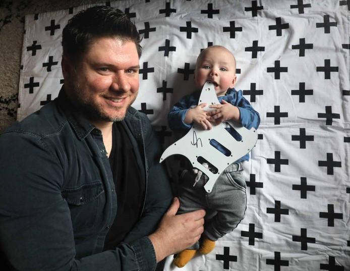 Fender met zijn vader en het kraamcadeau. Foto Gerard Verschooten
