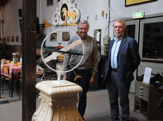 Piet van der Poel (links) en Gerard van Asperen bij de gerestaureerde zonnewijzer in museum SIEMei (Stichting Industrieel Erfgoed Meierij)