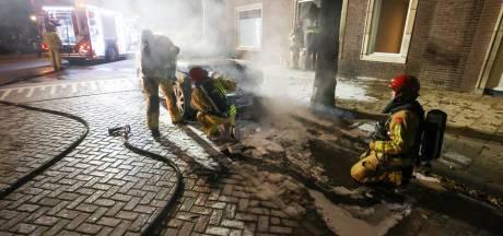 Korte woningbrand in Eindhoven vermoedelijk gevolg van in brand gestoken auto