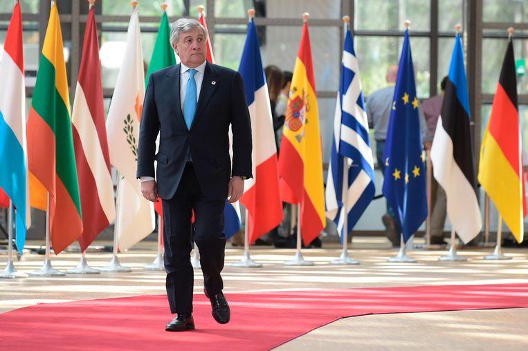 Antonio Tajani, de voorzitter van het Europarlement, komt aan bij de Europese top over de Brexit.  Beeld AFP