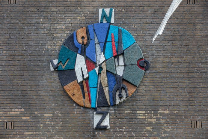 Het kunstwerk dat al bijna een halve eeuw aan de voormalige school in Valkenswaard hangt.