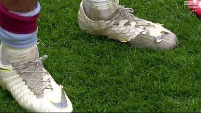 Met deze tot de naad versleten schoenen speelde de kapitein van Aston Villa 'rijkste voetbalmatch ooit'