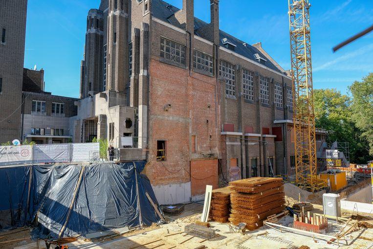 opening van de eerste Tienerschool PORTA 1070 in Brussel: bouwwerf naast de kerk