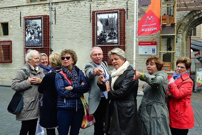 Stadsgids Jan Jongenelen tijdens een bevrijdingswandeling door de binnenstad. De Stadsgidsen maken zich ook zorgen om de bezuinigingen.