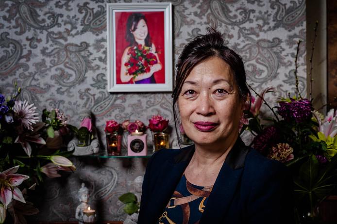 Nancy Man met op de achtergrond haar overleden dochter Shirley. 'Eindelijk kan de rouwverwerking beginnen.'