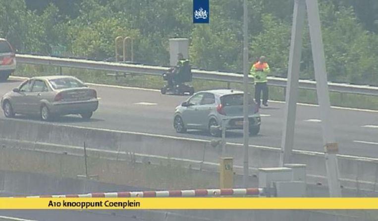 De politie reed de scootmobiel uiteindelijk van de snelweg