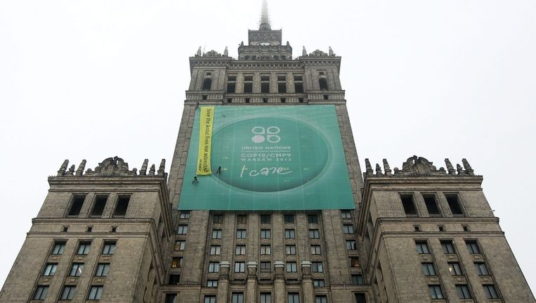 Greenpeace-banner in Warschau Beeld ANP