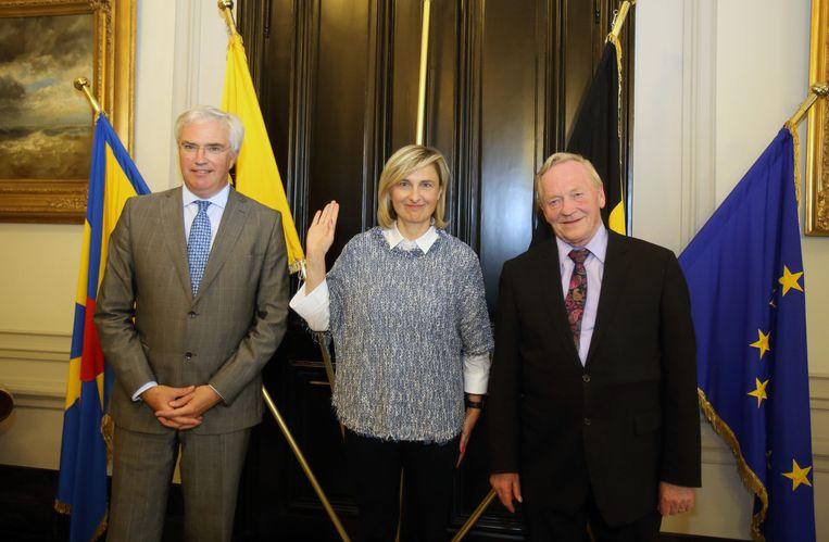 Hilde Crevits legt de eed af als nieuwe burgemeester van Torhout. Links van haar staat gouverneur Carl Decaluwé en rechts staat uittredend burgemeester Norbert De Cuyper.