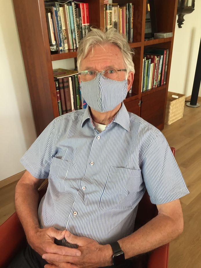 """Gerda Godrie van Gils uit Etten-Leur maakte dit mondkapje: """"Kijk, het is dezelfde stof als het overhemd."""""""