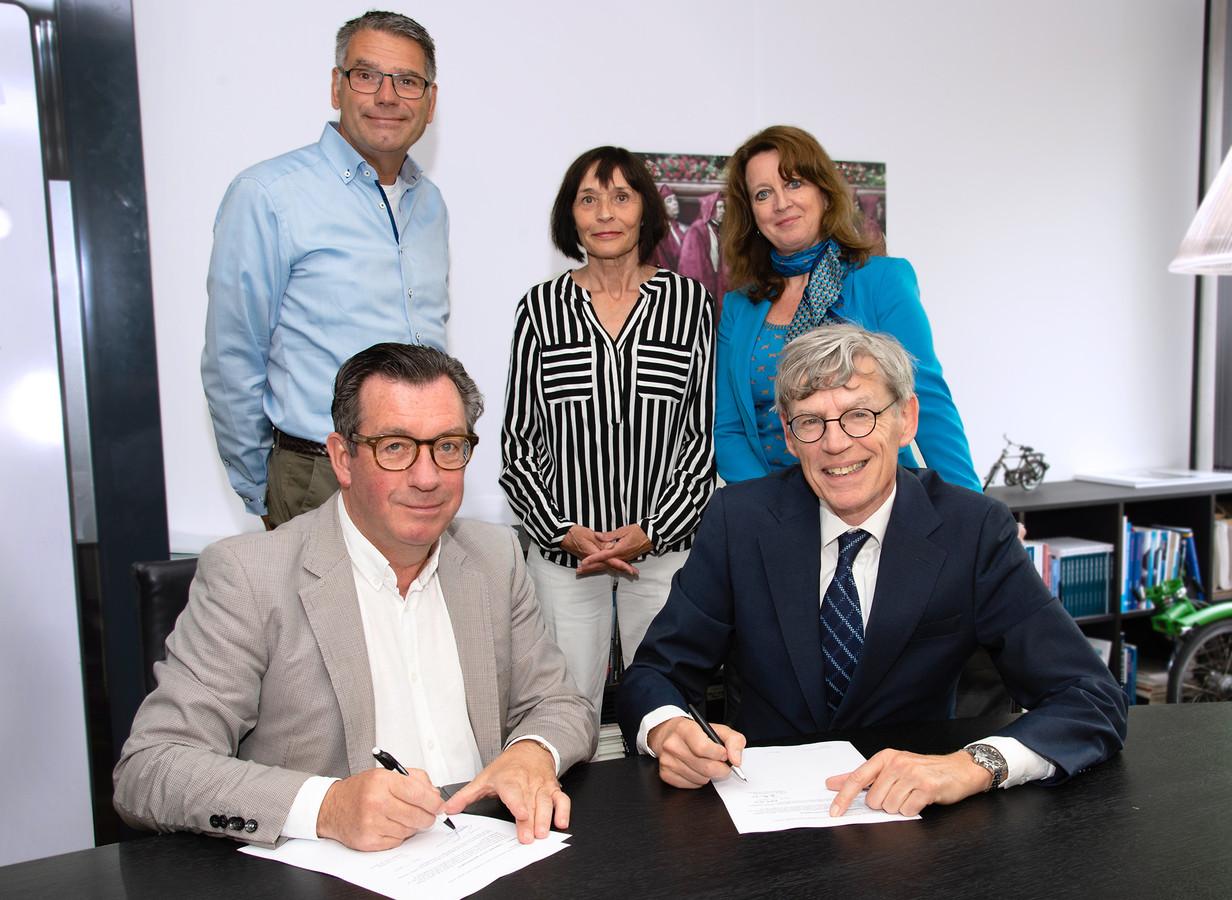 Ger Jacobs (RAV, links) en Bart Berden (ETZ) tekenen de intentieverklaring. Op de achtergrond kijken (v.l.n.r.) Walter Heijne (hoofd SEH, ETZ), Yvonne Neyman (staffunctionaris, RAV) en Corina Eijgelsheim (manager P&O a.i., ETZ) toe.