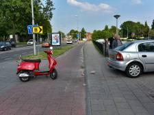 Mogelijk dronken scooterrijder rijdt tegen auto in Tilburg en raakt gewond