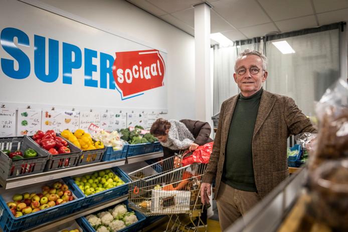 Interim-bedrijfsleider Joop van Stiphout op de versafdeling van de Super Sociaal in Helmond.