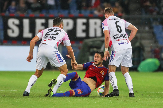 Van Wolfswinkel (m) in actie namens FC Basel.