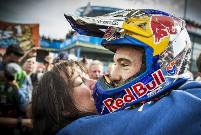 Nederlander Jeffrey Herlings valt zijn moeder Alise Kaathoven in de armen na het behalen van de wereldtitel in de MXGP-klasse op het TT Circuit Assen
