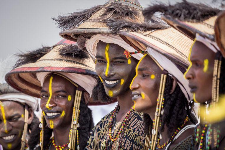 Festival Cure Salée: Fulani jongens presenteren zich voor de schoonheidswedstrijd. Beeld Sven Torfinn