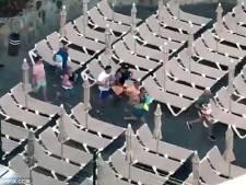 Des touristes se disputent les meilleures places autour de la piscine