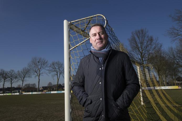 René Meulensteen op het voetbalveld van VIOS'38 in Beugen.
