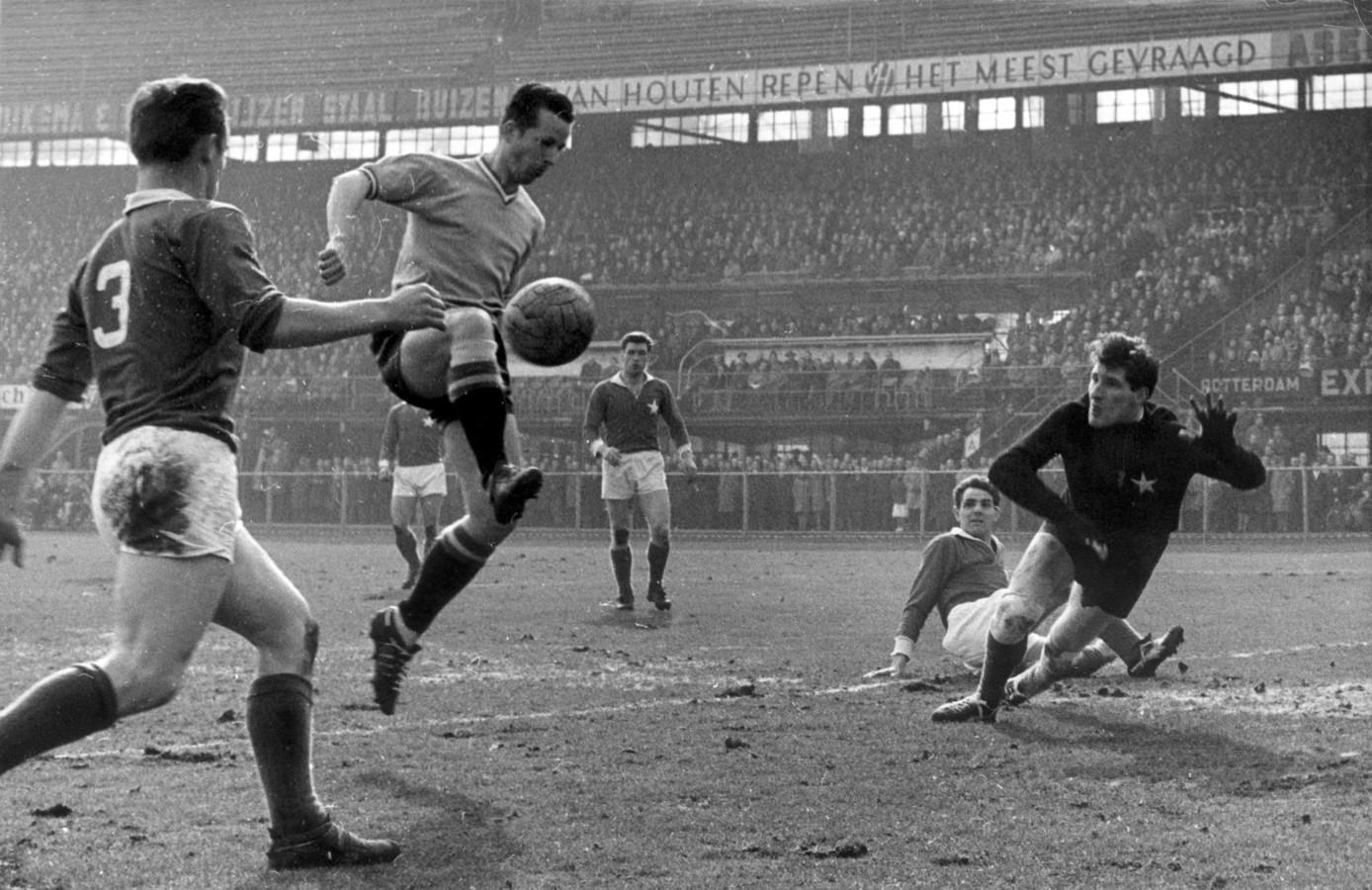 4 maart 1962: Henk Schouten maakt het tweede doelpunt voor Feyenoord in de competitiewedstrijd tegen MVV (3-2).
