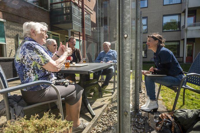 Verslaggever Phaedra Werkhoven in gesprek met  Doortje Knoppers (93), Lies Binnenwijzend (79) en Dick Schoonman (90) in Brummen.