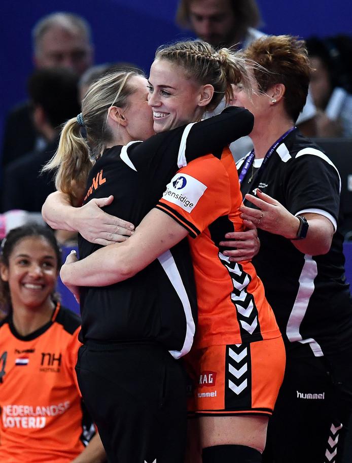 Maura Visser krijgt een knuffel van bondscoach Helle Thomsen.