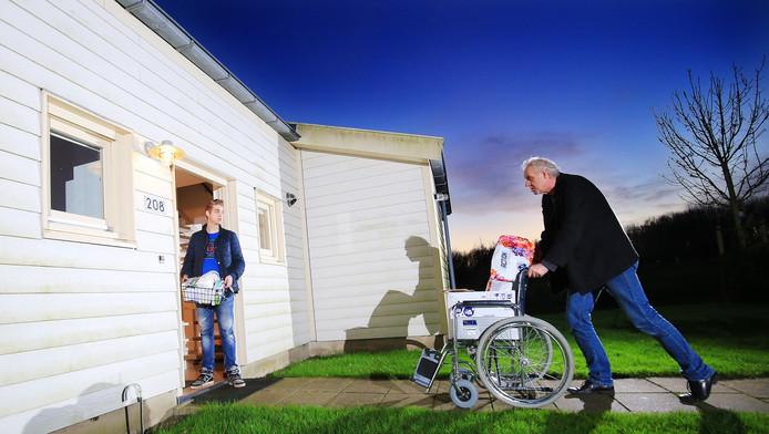 Ed van der Meulen brengt wat spullen naar het onderkomen op het vakantiepark, waar het gezin enige tijd woonde. Zoon Damian kijkt toe.