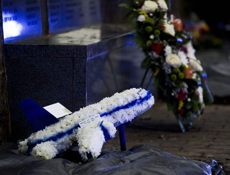Een bloemenhulde in de vorm van een vliegtuig op een begraafplaats in Lockerbie, Schotland, waar op 21 december 1988 Pan Am-vlucht 103 neerstortte. Beeld epa