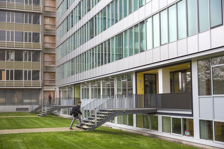 Het voormalige GAK-gebouw aan het Bos en Lommerplantsoen is één van de kantoorgebouwen die zijn omgebouwd tot woningcomplex. Beeld Marc Driessen