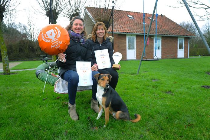 Monique Poppe (links) en Katinka Dekker van minicamping De Kreekrug in Grijpskerke met de Zoover Award die ze in 2019 wonnen.