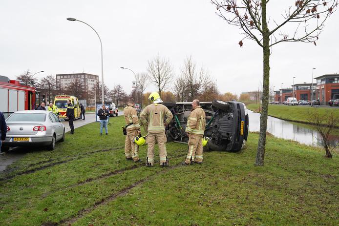 Het busje kwam vanochtend bij een eenzijdig ongeval op zijn kant terecht.