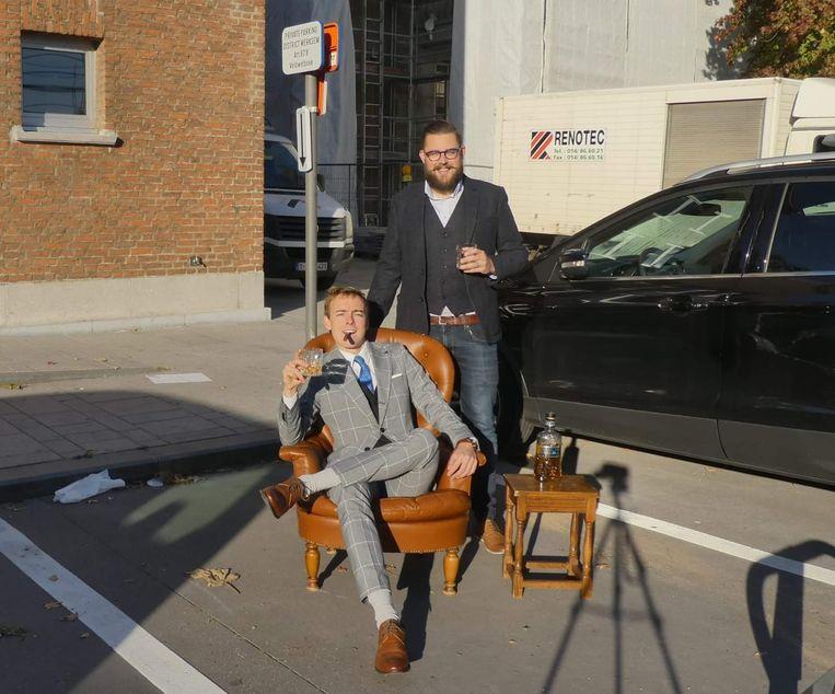 CD&V'ers Pieter De Cock (verkozen districtsraadslid) en kandidaat Jasper Delanoye hielden voor de verkiezingen ludiek protest tegen de parkeerplaatsen.