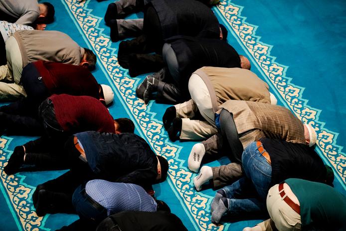 Archiefbeeld ter illustratie: moskeegangers tijdens het gebed