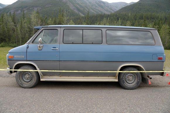 De blauwe bestelwagen waar het koppel mee reed.