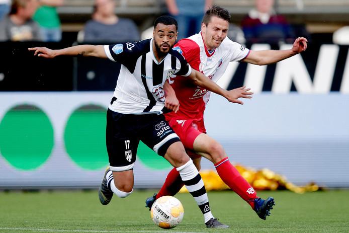 Brandley Kuwas, hier nog in het shirt van Heracles, in duel met Lukas Gortler van FC Utrecht.