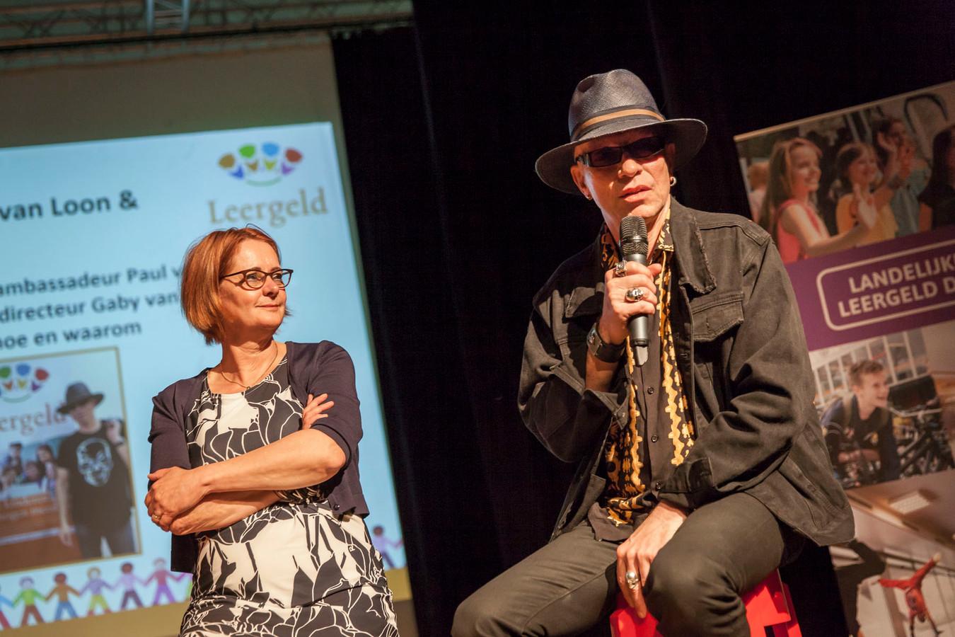 Tijdens de Landelijke Leergeld Dag in Den Bosch, kondigen Leergeld Nederland en kinderboekenschrijver Paul van Loon hun samenwerking aan voor een schoolmusicalproject.