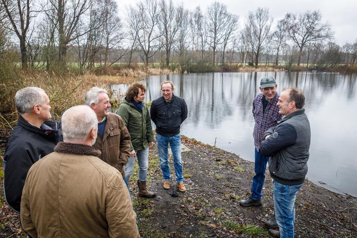 Het bestuur van vereniging Het Heideveld bij het Koningsveentje.