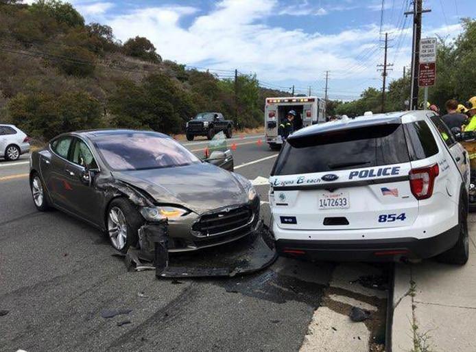 Een elektrische Tesla botste vorig jaar op een geparkeerde politieauto in het Californische Laguna Beach Police Department. Een nieuw systeem van Bosch moet voorkomen dat inzittenden of hulpverleners bij botsingen met elektrische auto's een gevaarlijke schok krijgen