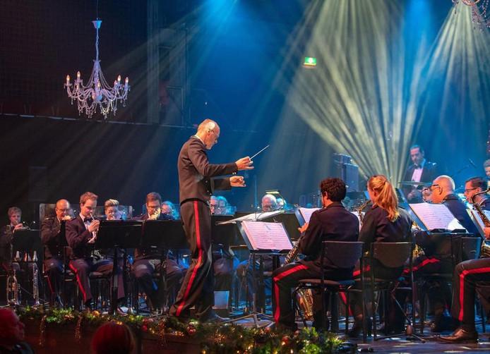 Alfred Willering dirigeert het Fanfare Korps Nationale Reserve tijdens de kerstconcerten met Loïs Lane.