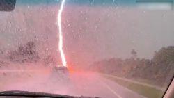 Da's schrikken: bliksem slaat in op enkele meters van auto