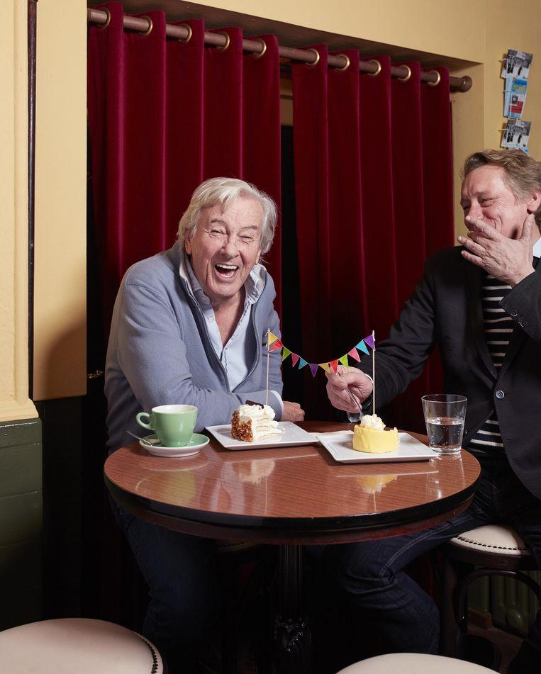 Paul Verhoeven (links) en Rob van Scheers in het Haagse café De Posthoorn, waar de gesprekken voor V vaak plaatsvonden. Beeld Erik Smits