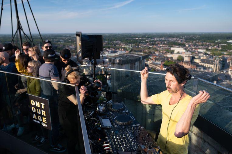 De Mechelse dj Nico Morano speelt 4 uur lang plaatsjes voor 90 gelukkigen bovenop de Sint-Romboutstoren.
