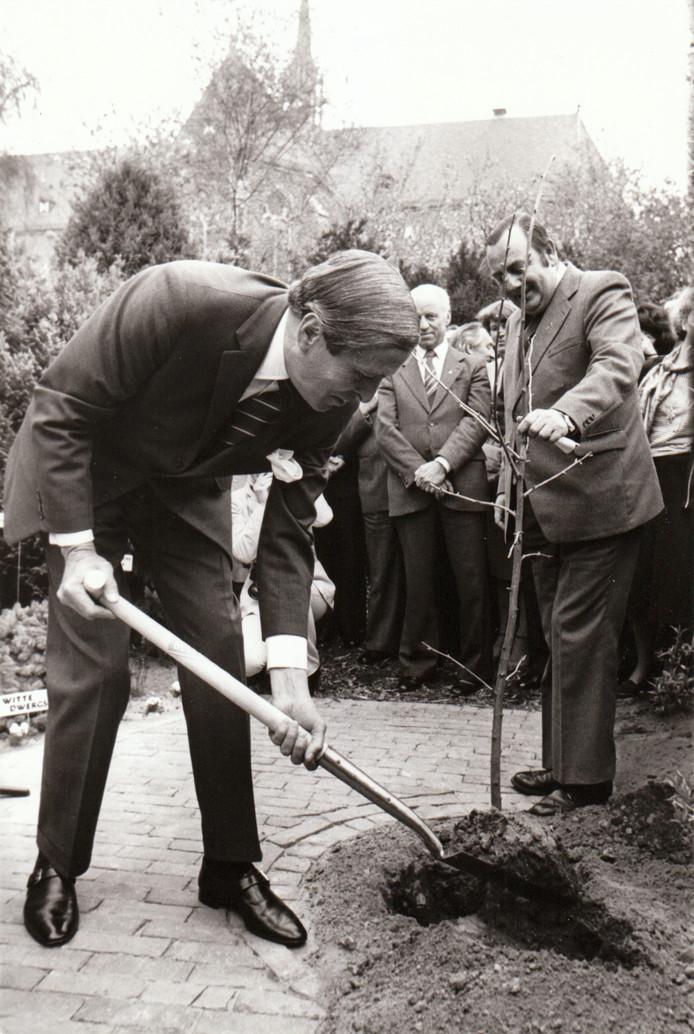 Prins Claus opent de Botanische tuin Odulphushof in Best. Bij wijze van openingshandeling plant hij een ginkgo, een Japans notenboompje. Pastor H. Maas houdt het boompje vast (1980).