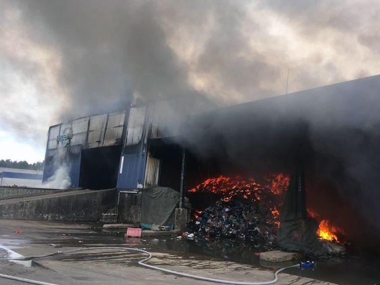 De brand blijft smeulen waardoor er sterke rookontwikkeling is die voor hinder zorgt. Door de blijvende laaghangende rook heeft de brandweer geadviseerd het gemeentelijk noodplan af te kondigen in de gemeentes.