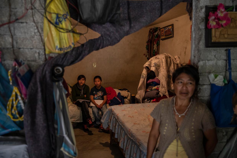 De kinderen van María Nicolás Hernández kijken school-tv tegen de verveling.   Beeld Alejandro Cegarra