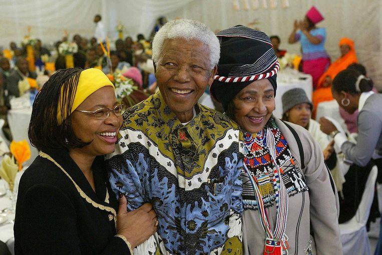 Winnie Mandela (rechts) met Nelson Mandela en zijn vrouw Graca Machel (links) Beeld ANP