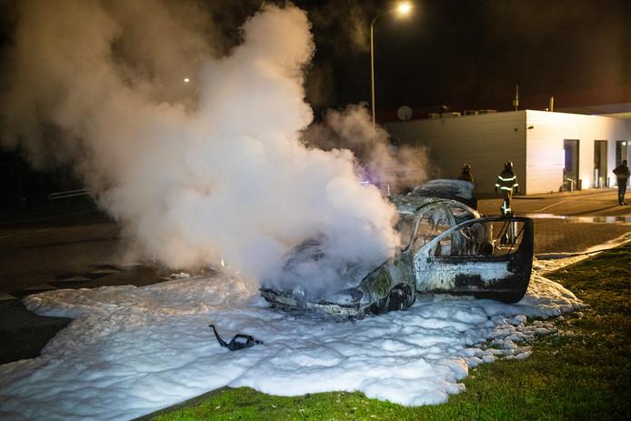 De auto brandde volledig uit. Op de achtergrond het tankstation langs de A28.