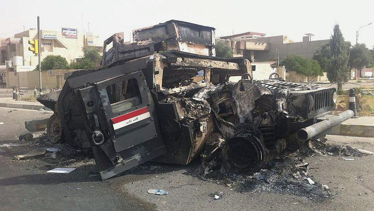 Een uitgebrand legervoertuig in Mosul, na de hevige gevechten tussen het Iraakse leger en ISIS. Beeld ap