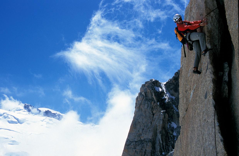 Berggids Martijn Schell op de zuidwand van de Aiguille du Midi in het Mont Blancmassief, een van de klimroutes uit het onderzoek.