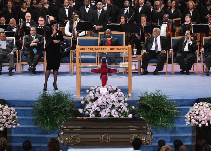 Jennifer Hudson treedt op tijdens de plechtigheid.